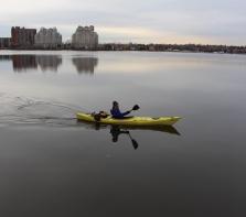 kayakiste en novembre sur la rivière des Prairies, photo prise du parc Nicolas-Viel , Ahuntsic