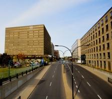 L\''industrie de la mode qui a façonné la physionomie du quartier Chabanel, entre 1950 et 1965 une zone rurale en une Cité de la mode, laquelle a fait de Montréal le 3e plus grand centre de production vestimentaire en Amérique du Nord.