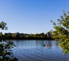kayakistes sur la  Rivière-des-Prairies,  devant l\'avenue piétonne Park Stanley , Ahuntsic