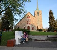 On y joue du piano sur la Promenade Fleury, face à l\'église Saint-Paul-de-la-Croix