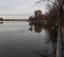 kayakiste en novembre sur la rivière des Prairies, photo prise du parc Nicols-Viel,  Ahuntsic